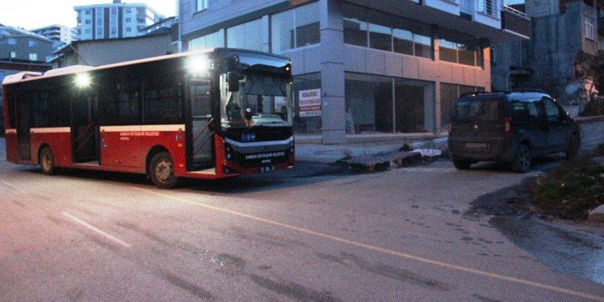 Belediye otobüsü hafif ticari araca çarptı: 2 yaralı
