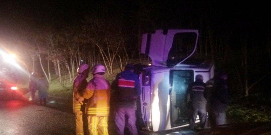 Mültecileri taşıyan minibüs TEM otoyolunda devrildi