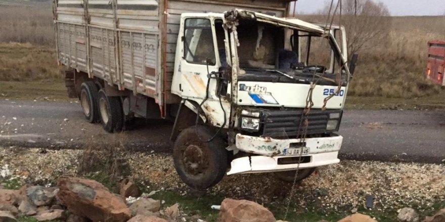 Pamuk yüklü kamyon devrildi: 1 yaralı