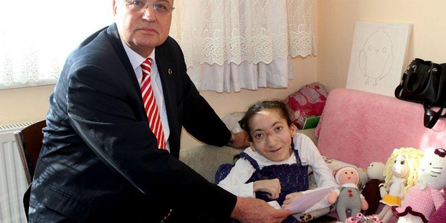 Engelli genç kızın yeni kimlik kartı sevinci