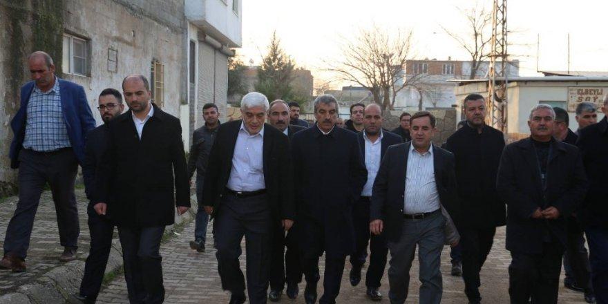 AK Partililer Elbeyli'ye çıkarma yaptı