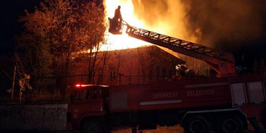 Üniversite binası çıkan yangında zarar gördü