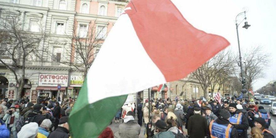 Macaristan'da muhalefet partileri sokakta