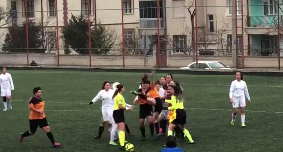 Kadın futbolcudan, kadın hakeme dayak!