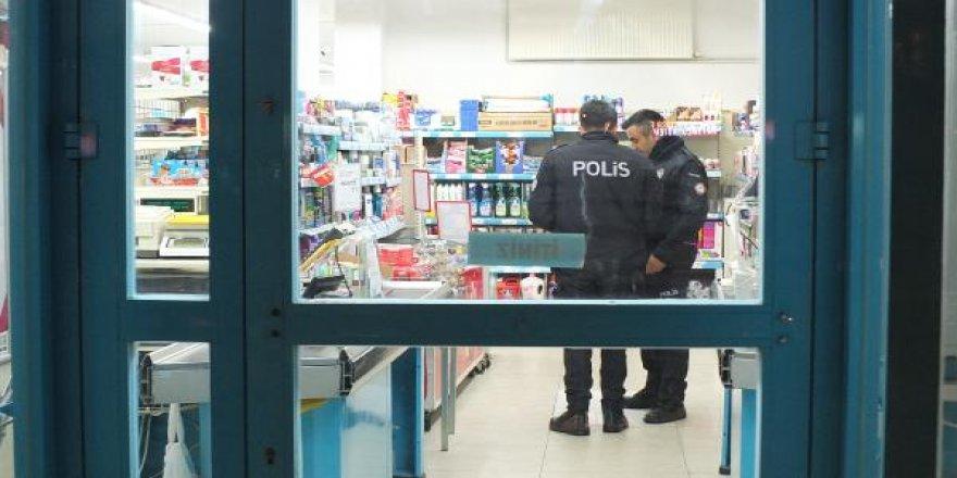 Maltepe'de marketten silahlı soygun; soyguncu kamerada