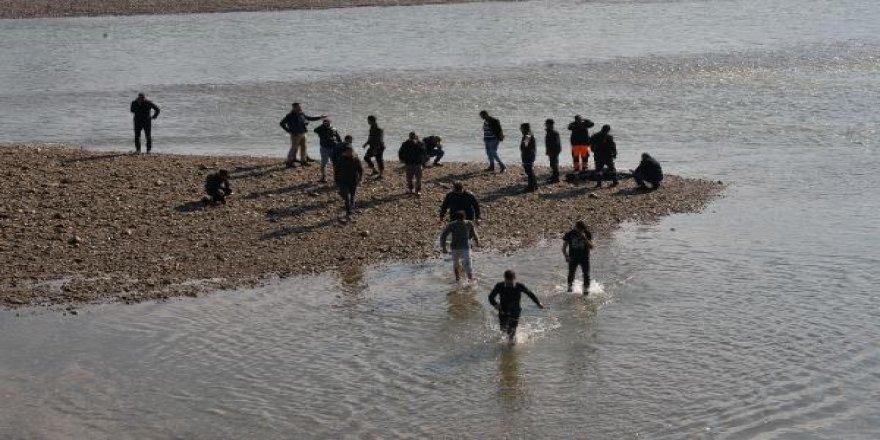 Seyhan Nehri'nde, suya atladığı öne sürülen kız aranıyor