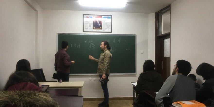 Türkler'in ilk alfabesini öğreniyorlar