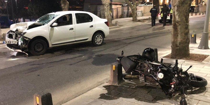 Üsküdar'da otomobil ile motosiklet kafa kafaya çarpıştı: 2 yaralı
