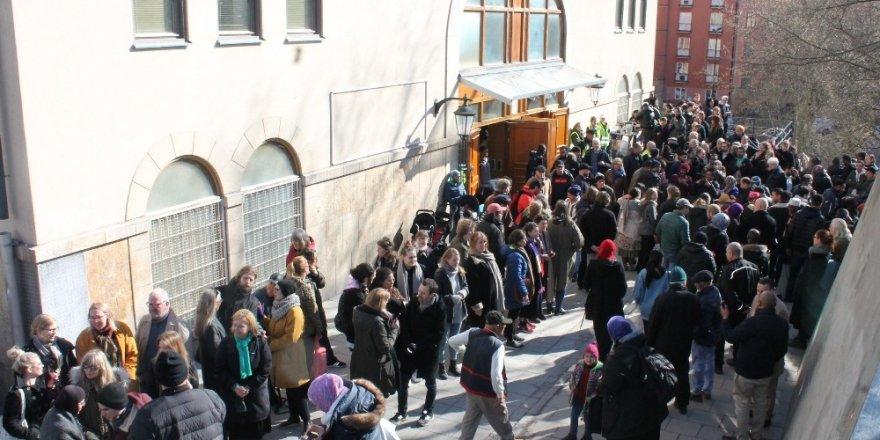 """Stockholm'de cuma namazı çıkışı 'Dostluk Zinciri"""" oluşturuldu ile ilgili görsel sonucu"""