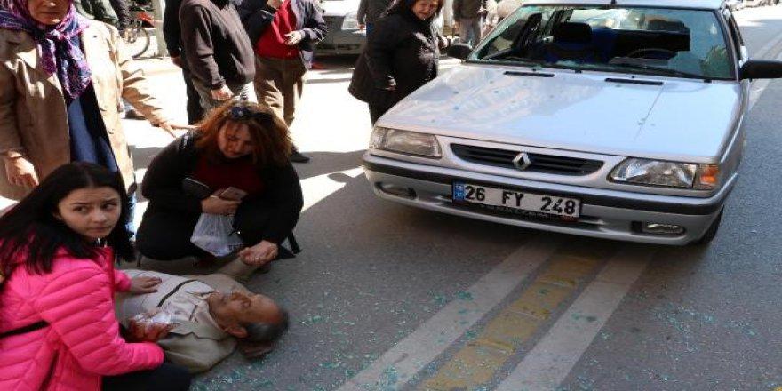 Otomobilin çarptığı kişiye yoldan geçen 2 kadın ellerinden tutup destek oldu