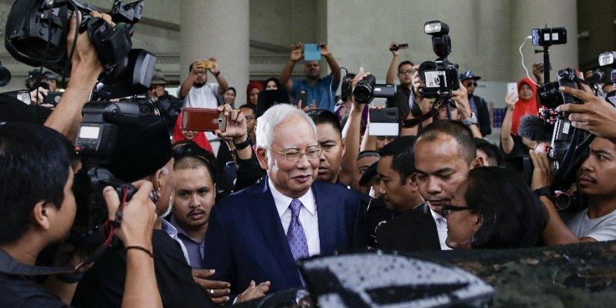 Eski Malezya Başbakanı Necip Rezak'a yolsuzluktan 12 yıl hapis cezası