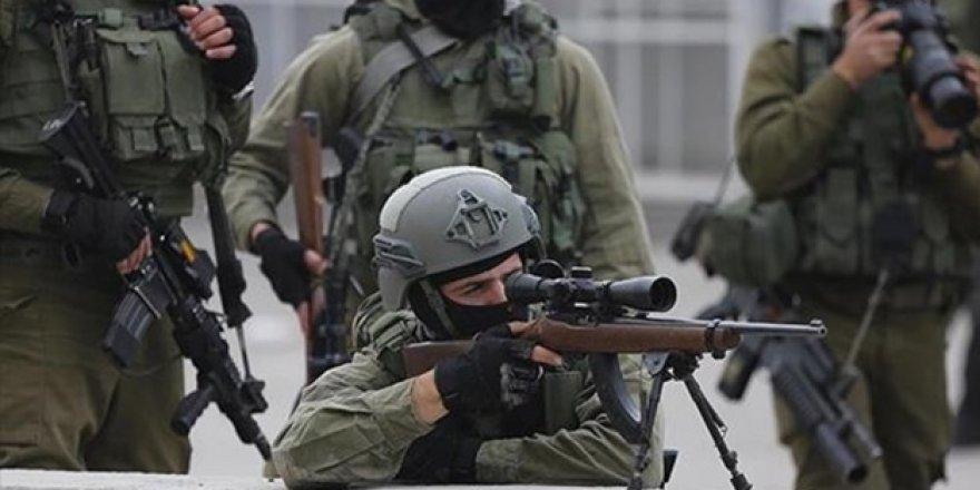 Katil İsrail gece baskınlarında Filistinlileri gözaltına aldı