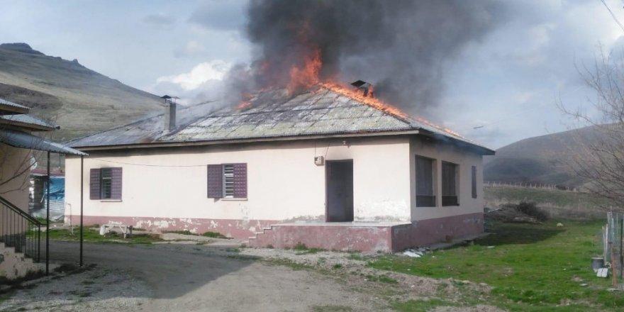 Eşiyle tartışıp annesinin evini yaktı