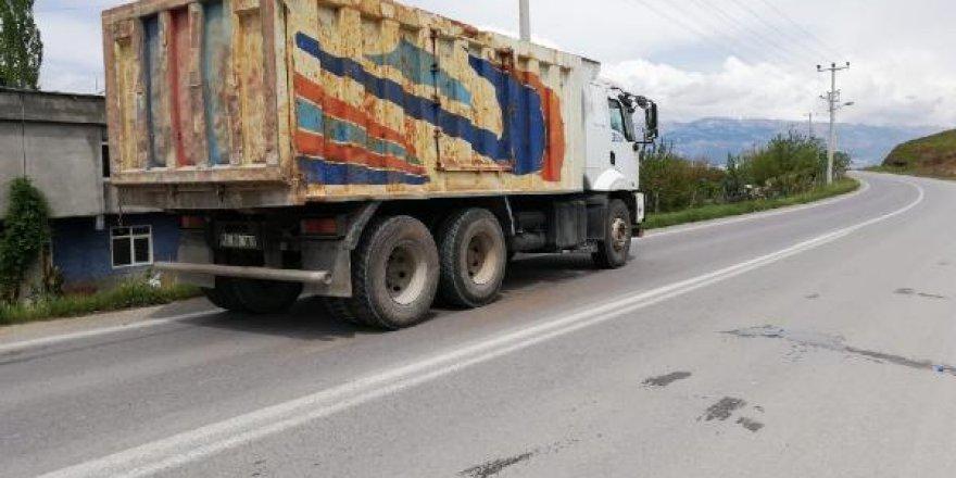 Yolun karşısına geçmeye çalışan 8 yaşındaki öğrenciye kamyon çarptı