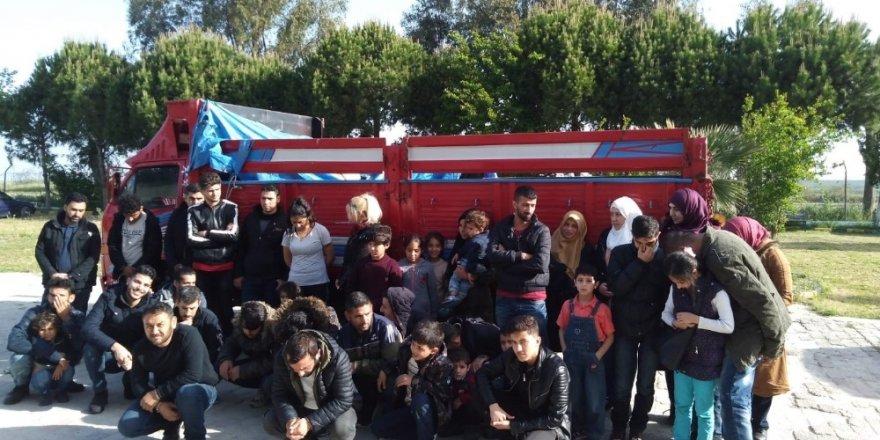 Jandarma 40 göçmeni organizatörlerin elinden kurtardı