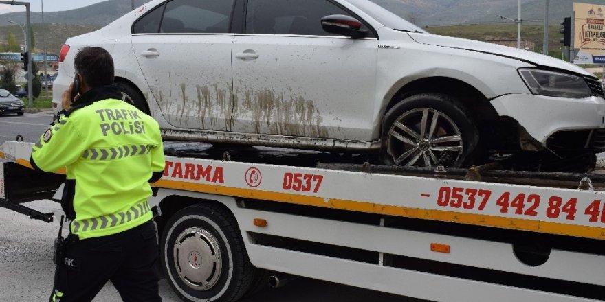 Otomobil refüje çarptı: 2 yaralı
