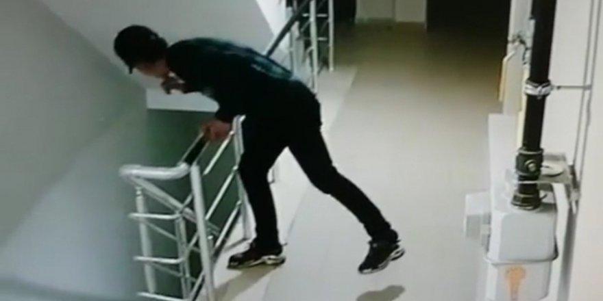 Ayakkabı hırsızları apartman kamerasına takıldı