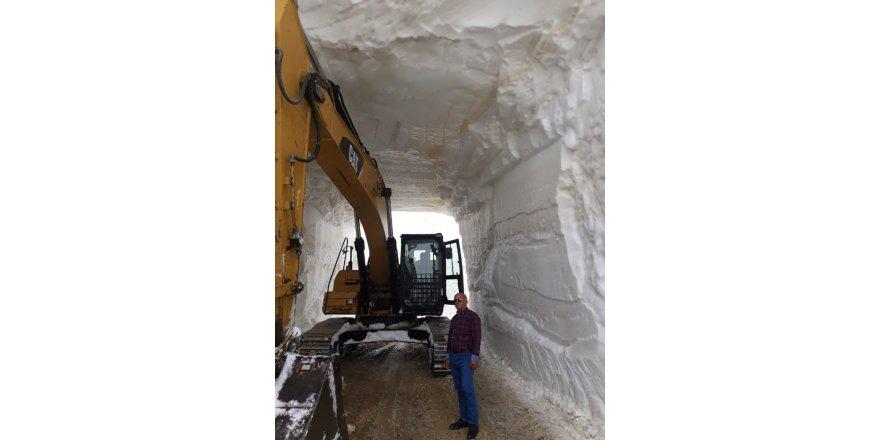 Hakkari'de kar tünelleri oluşturularak yollar açılıyor