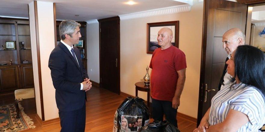 Marmaris'te çevreci aile, Belediye Başkanı Oktay'ın ziyaretine çöp torbalarıyla gitti