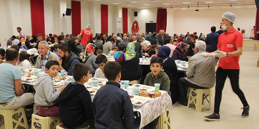 Konya'da Suriyeli yetimler iftarda buluştu