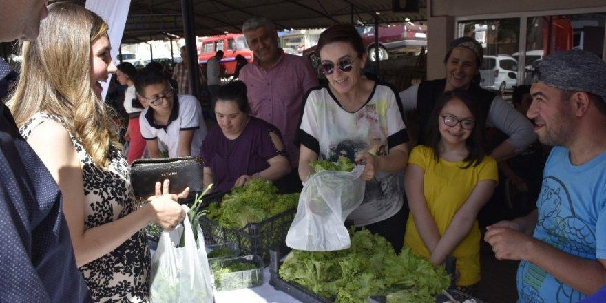 Engelli gençler yetiştirdikleri ürünleri hasat edip pazarda sattı
