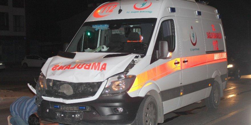 Can kurtarmaya giden 112 ekibi motosiklete çarptı: 2 yaralı