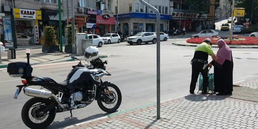 Örnek polis yaşlı kadını hem karşıdan karşıya geçirdi, hem su ikram etti