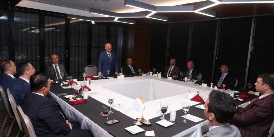 Vali Çakacak'tan tayini çıkan adli yargı mensupları onuruna veda yemeği