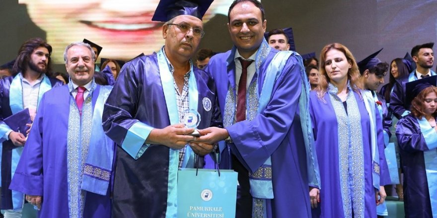 55 yaşında güvenlik görevlisi olduğu üniversiteden mezun oldu