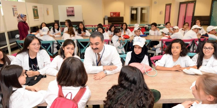 Rektör Öztürk, üniversiteli çocuklarla bir araya geldi