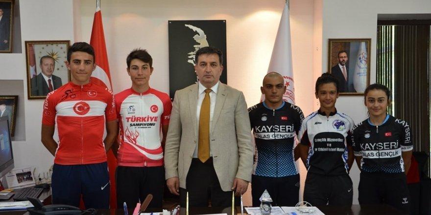 Milli bisikletçilerden Eskici'ye ziyaret