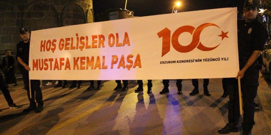 Atatürk'ün Erzurum'a gelişinin 100. yılı fener alayıyla kutlandı