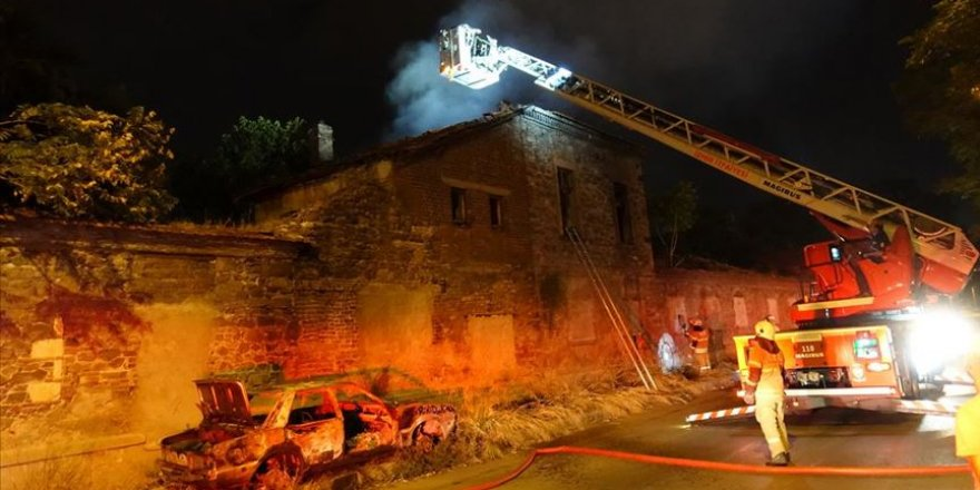 İzmir'de tarihi fabrika binasında yangın