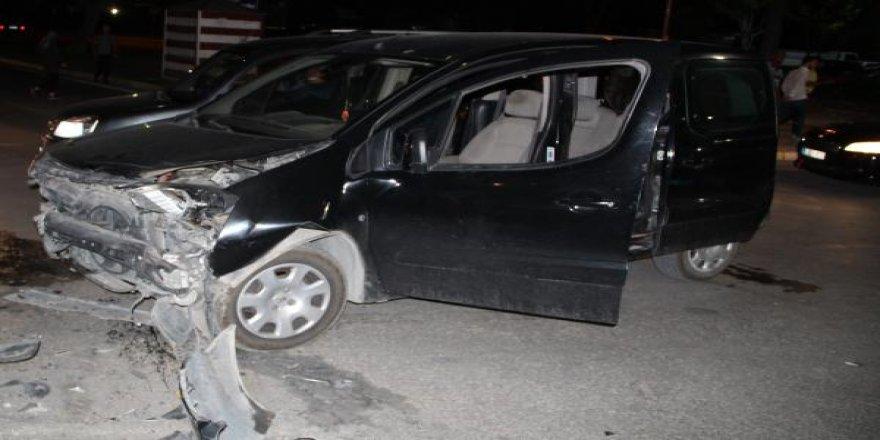 Elazığ'da hafif ticari araç ile otomobil çarpıştı: 4 yaralı