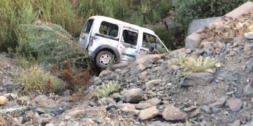 Bingöl'de hafif ticari araç şarampole yuvarlandı: 1 ölü, 2 yaralı