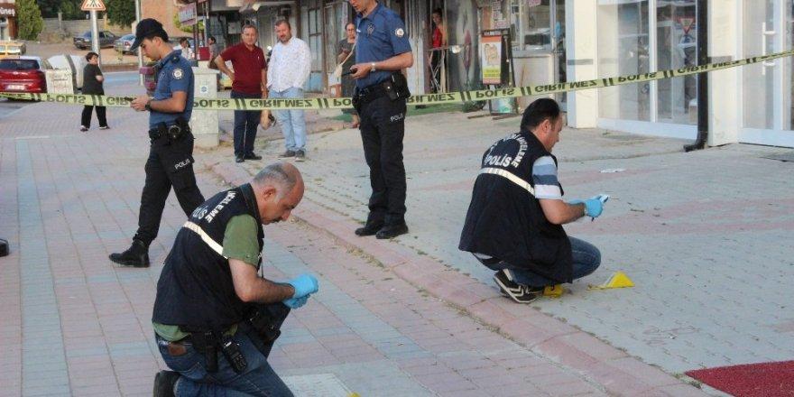 İş yerinin önünde silahlı saldırıya uğradı