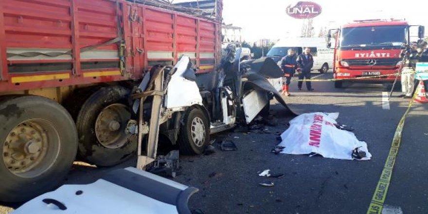 TIR'ın altına giren kamyonetin sürücüsü öldü
