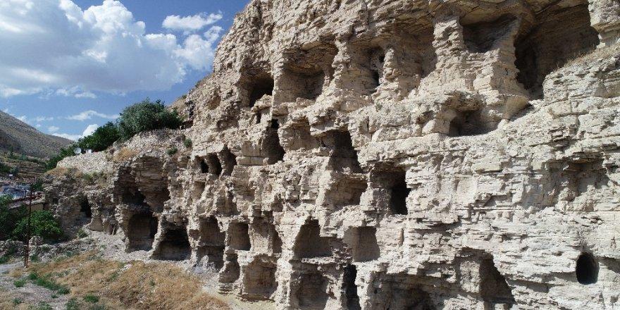 Dört bin yıllık apartman dikkat çekiyor