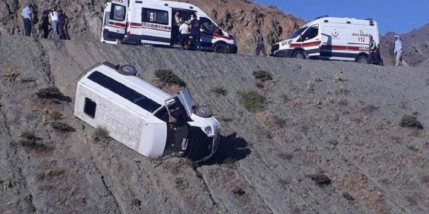 Elazığ'da yolcu minibüsü devrildi: 4 yaralı