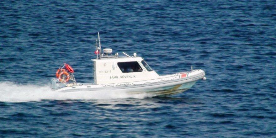 Çanakkale Sahil Güvenlik Grup Komutanlığına bağlı ekipler şüpheli her tekneyi kontrol ediyor
