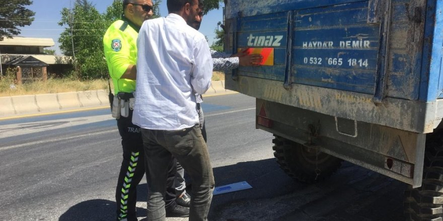 Trafik polislerinden 'reflektör' uygulaması