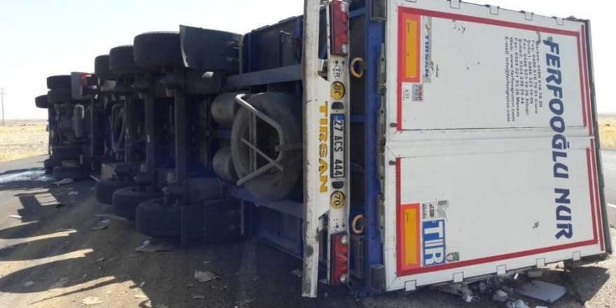 Cizre'de tır devrildi: 2 yaralı