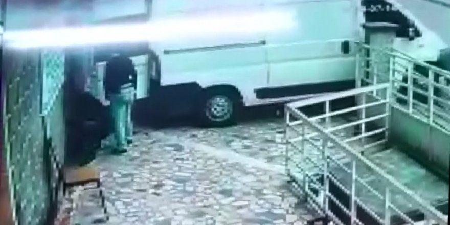 Ticari araçla hırsızlığa geldiler alarm çalınca hızla kaçtılar