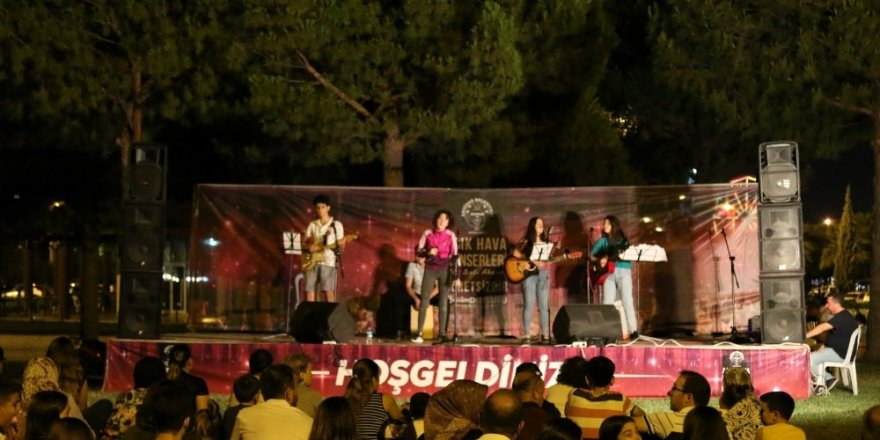 Akhisar'da açık hava konserleri büyük ilgi görüyor