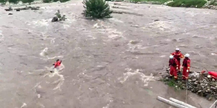 Nehirde mahsur kalan köylüleri itfaiye halatla kurtardı