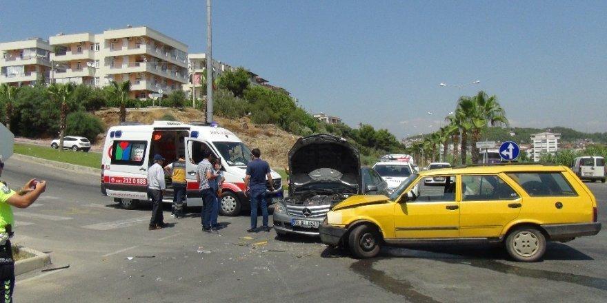 Manavgat'ta otomobiller çarpıştı: 4 yaralı
