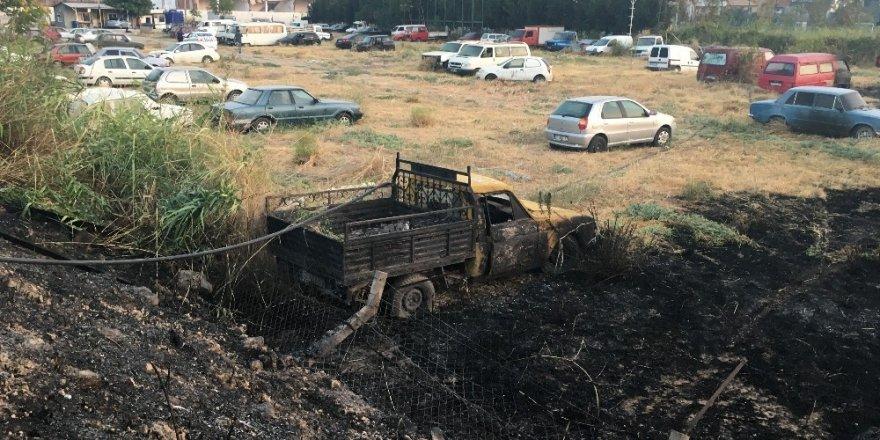 Yeddiemin deposunda çıkan yangında araçlar kül oldu