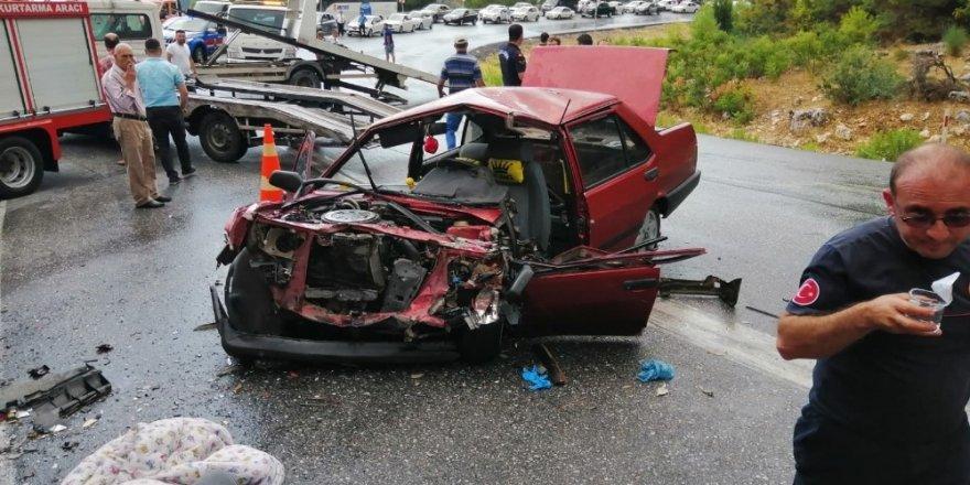 Yolcu otobüsü ile otomobil çarpıştı: 1'i ağır 5 yaralı ile ilgili görsel sonucu