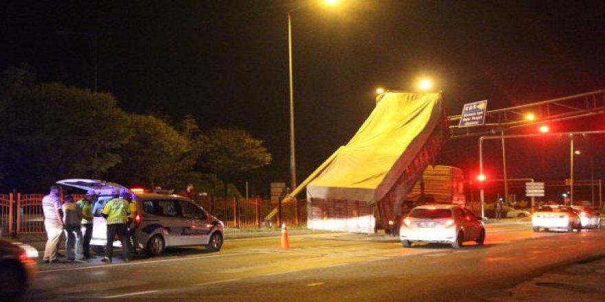Dorsesi açık kalan kamyon EDS direğine çarptı