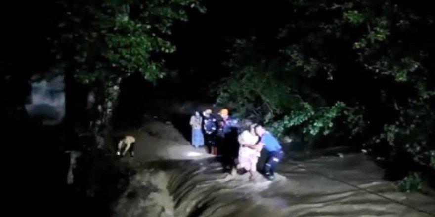 Köprü yıkılınca mahsur kalan aileyi AFAD kurtardı